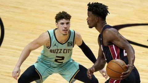 Monk anota 36 puntos y Hornets derrotan al Heat