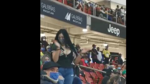 VIDEO: Detienen a mujer por enseñar los senos en juego de Serie del Caribe
