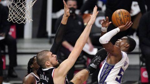 Kings ganan cuarto duelo seguido, superan a Clippers