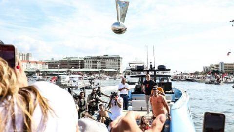 Tom Brady 'enloqueció'; arrojó el trofeo del Super Bowl a un yate