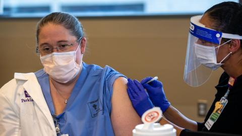 Proponen aplicar vacuna COVID a más gente, en lugar de esperar a grupos vulnerables
