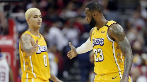 NBA advierte a LeBron James y Kyle Kuzma por fingir faltas