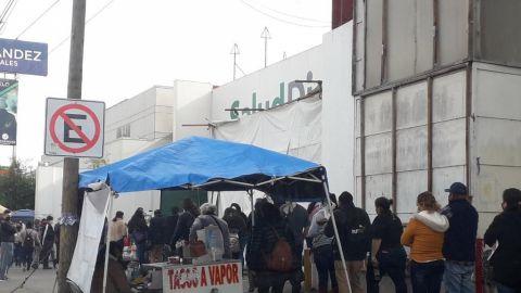 Larga fila en laboratorio Salud Digna en Tijuana