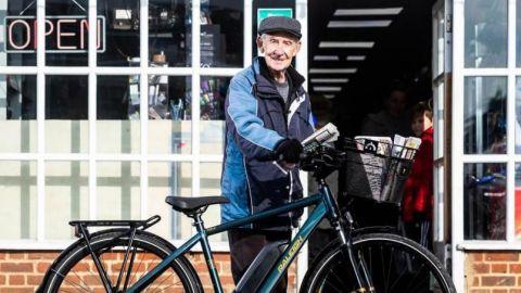 Regalan bicicleta eléctrica a repartidor de periódico de 80 años de edad