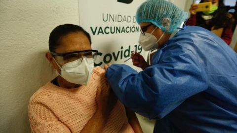 Más de 4 mil adultos mayores recibieron vacuna contra COVID-19  en BC