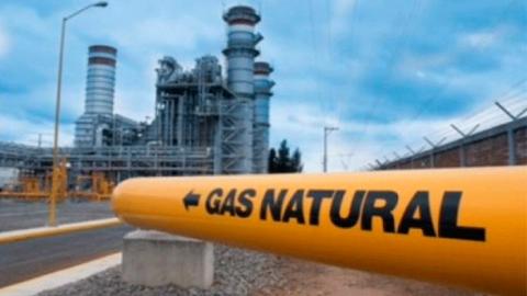 Llegan barcos con gas natural para atender desabasto en industrias