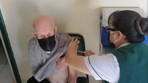 Aplican primeras dosis de vacunas en zona sur de Ensenada