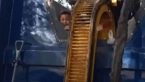Niño se esconde en contenedor de basura; casi muere triturado