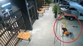 VIDEO: Abuelita persigue y ataca al sujeto que le robó su bolso