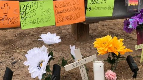 Colocan ofrenda por migrantes muertos en accidente vial