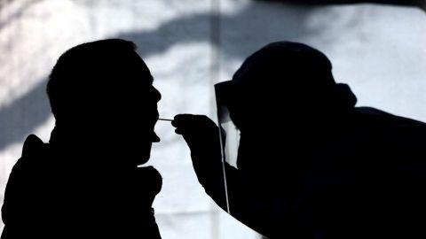 Japón pide a China detener las pruebas anales de covid-19 a ciudadanos nipones