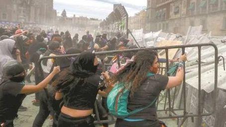 VIDEO: Querían quemar la puerta central y meterse a Palacio Nacional: AMLO