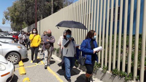 Abuelitos esperan horas para recibir la vacuna COVID-19 en Rosarito