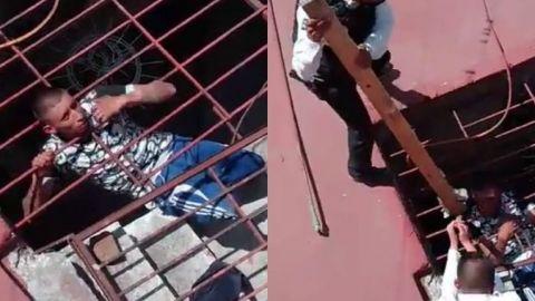 Ratero queda atorado al intentar robar una casa y policías lo rescatan (VIDEO)