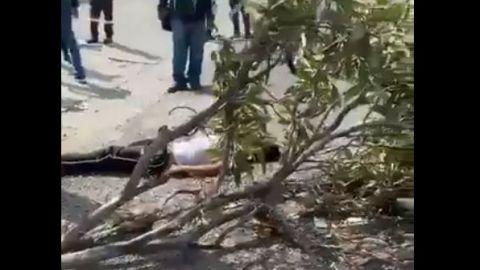Chofer atropella a quienes lo asaltaron (VIDEO SENSIBLE)