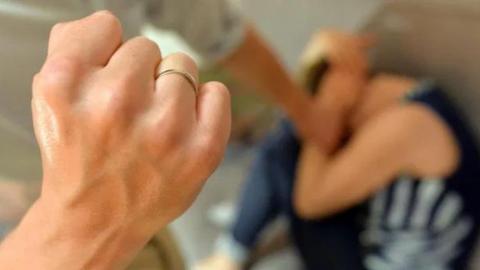 Hombre se lanza por la ventana por no soportar el maltrato de su esposa