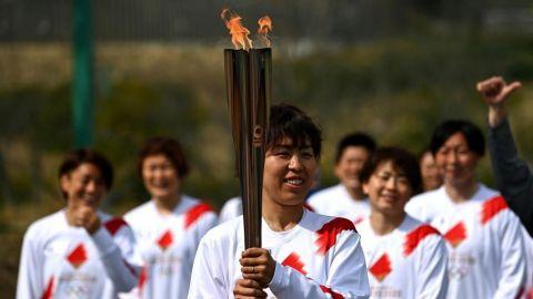 Relevo antorcha olímpica comienza con saludos y sonrisas, pero sin vítores