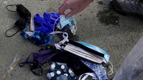 Cubrebocas y guantes están contaminando playas y océanos