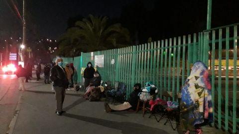 Adultos mayores hacen fila para recibir 1er dosis la vacuna COVID-19 en Tijuana