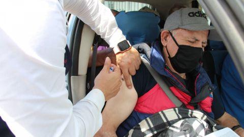 Vacunan a adultos mayores con problemas de movilidad
