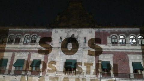 Madres de víctimas de feminicidio y desaparición protestan en Palacio Nacional