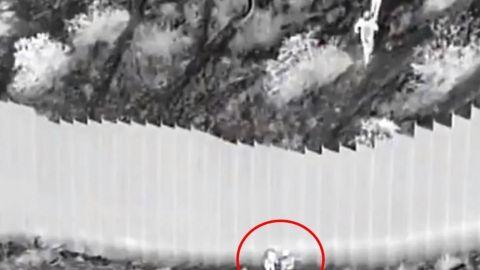 VIDEO: Traficantes lanzan a dos niñas, de 3 y 5 años, sobre el muro fronterizo