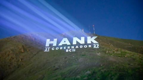 La ''batiseñal'' Hank en el Cerro Colorado en Tijuana