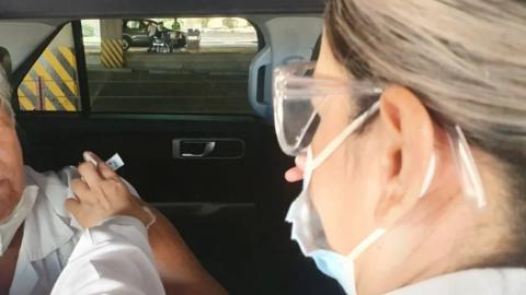 Muere abuelito mientras esperaba en auto para ponerse la vacuna contra COVID19