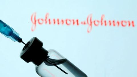 EE.UU. pide suspender vacunación con Johnson & Johnson por casos de trombosis