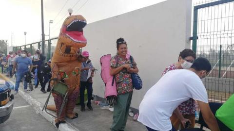 'Dinosaurio' acompaña a su mamá a vacunarse contra el COVID