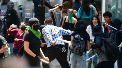 Feministas instalan puestos afuera de Reforma 222 y agreden a clientes