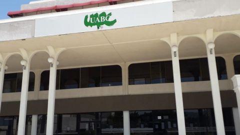 Retiran señalamientos de gobierno del estado en edificio de la UABC