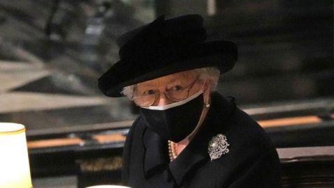 Sola, de negro y con cubrebocas, la reina Isabel II despide al príncipe Felipe