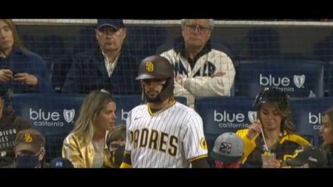 Captan a Jaime Bonilla en Juego de béisbol de los Padres de San Diego