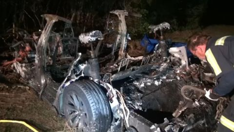 Choque de auto Tesla sin conductor deja dos muertos