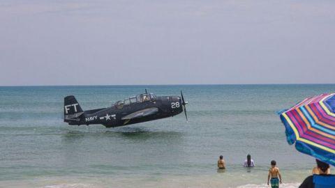 Avión de la Segunda Guerra Mundial ameriza de emergencia frente a turistas