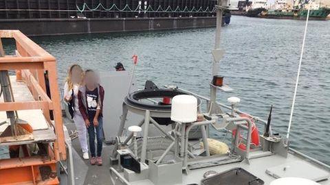 Personal naval apoya en traslado a menor con apendicítis