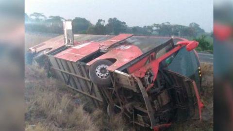 Autobús de pasajeros se vuelca en Cosamaloapan, Veracruz; hay 19 lesionados