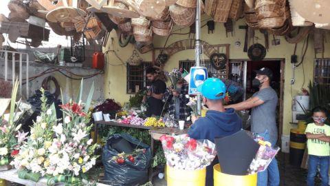 Se preparan floristas para el Día de las Madres