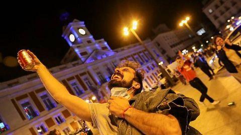 Miles de personas salen a las calles; festejan el fin del estado de alarma