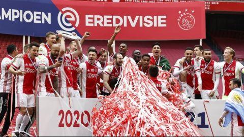 El Ajax funde trofeo de campeón para repartirlo como estrellas a sus abonados