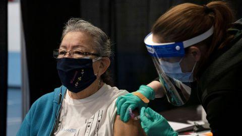 EEUU dice que personas vacunadas ya pueden dejar de usar cubrebocas