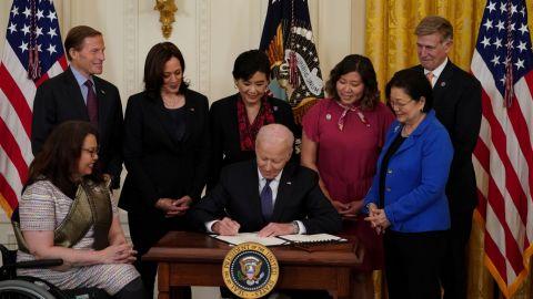 Biden promulga ley contra delitos de odio a comunidad asiática tras covid-19