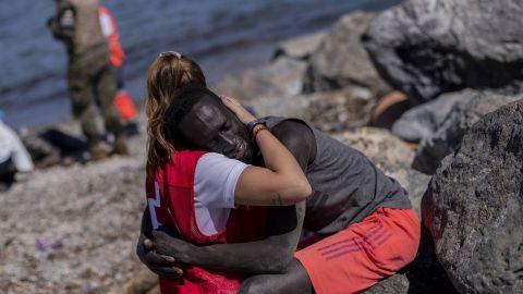 El abrazo de una voluntaria de la Cruz Roja a un migrante africano en España