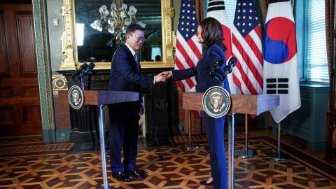 Kamala Harris se limpia la mano tras saludar al presidente de Corea del Sur