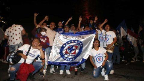 Aficionados festejan campeonato del Cruz Azul en el Ángel de la Independencia