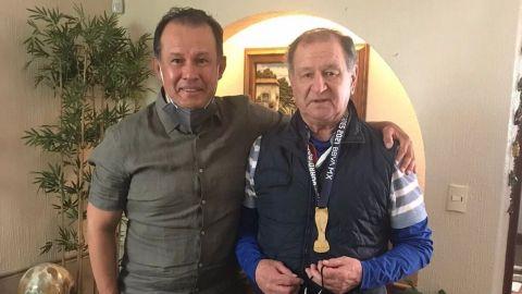 Juan Reynoso cumple y regala medalla de campeón a Enrique Meza