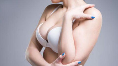 Mujer reduce el tamaño de sus senos para evitar acoso callejero