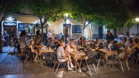 Recomiendan prohibir fumar en áreas al aire libre de bares y restaurantes