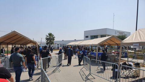 Enormes filas para vacunarse en la Prepa Lázaro Cárdenas
